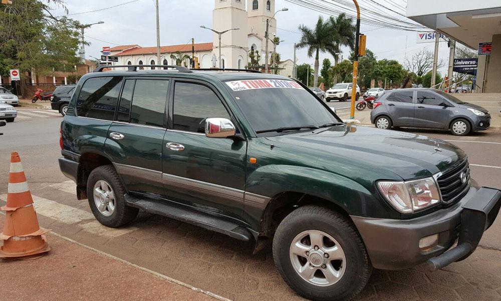Vehiculo Toyota tipo Land Cruiser, que pertenecería al concejal Daniel Fleitas estacionado sobre parte de la franja peatonal. //Gentileza