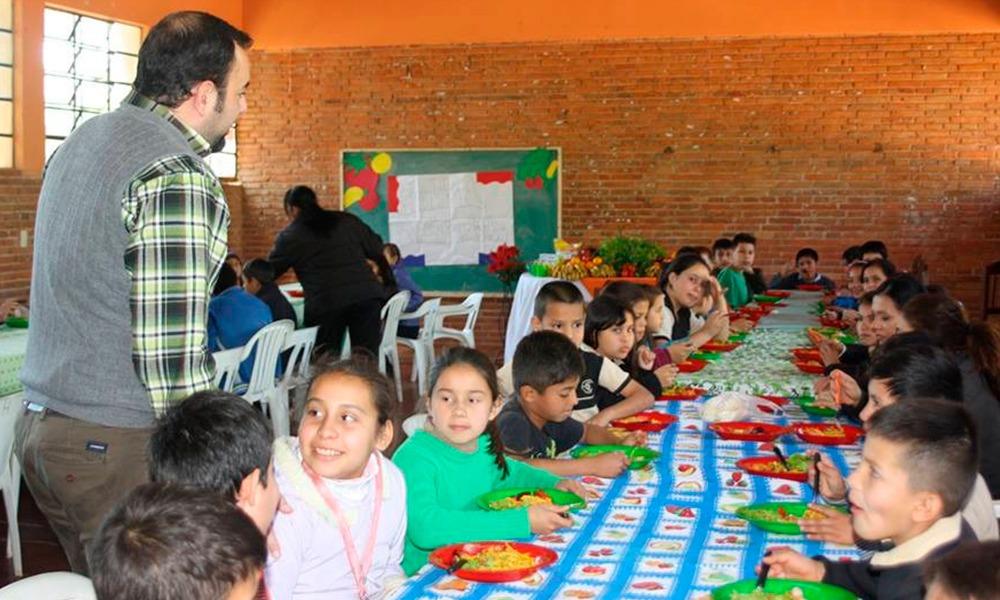 El intendente Eladio González, durante la entrega del almuerzo escolar en las escuelas de Coronel Oviedo. //MunicipalidadCoronelOviedo