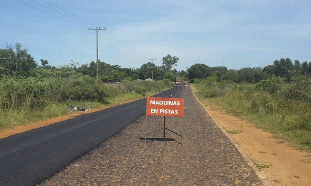 Tramo en ejecución de obras de regularización asfáltica del ramal que conduce a R.I. 3 Corrales. //OviedoPress