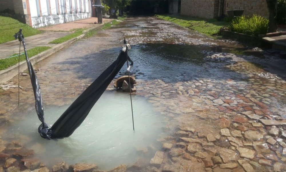 Así se encuentra el sito en donde hay pérdida de agua potable.