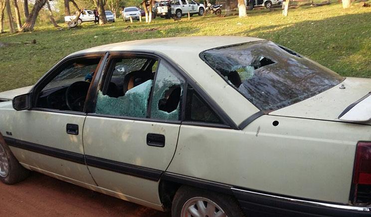 Automóvil Chevrolet Omega, propiedad de Darío Espínola, supuestamente destruido por Sandro Savaris y varias personas más. //PolicíaNacional
