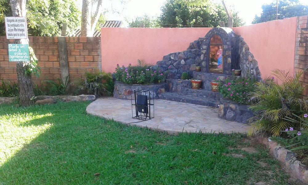 Nicho que alberga la imagen de Santa Lucía, construido por la comunidad educativa del colegio. //OviedoPress