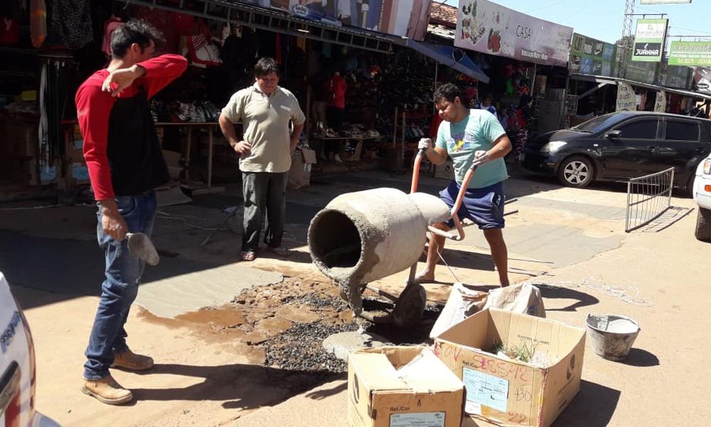 Ante inacción municipal comerciantes reparan el mercado