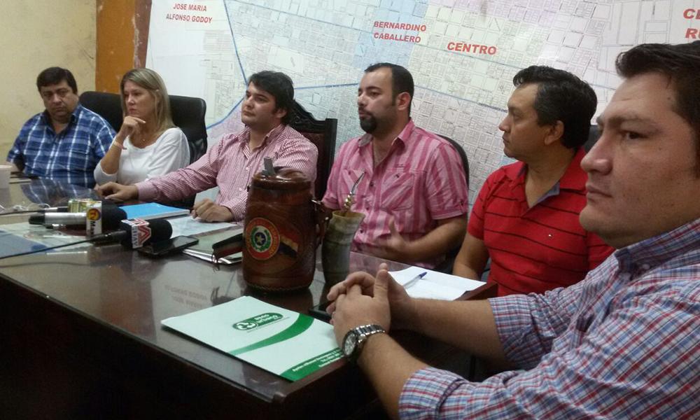 Cristian Echeverría, en primer plano, junto con los concejales municipales y el intendente Eladio González, en rueda de prensa. //OviedoPress