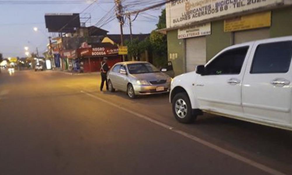 Inspectores de Tránsito operando a las 05:00 hs. en vehículos particulares. //Denunciante