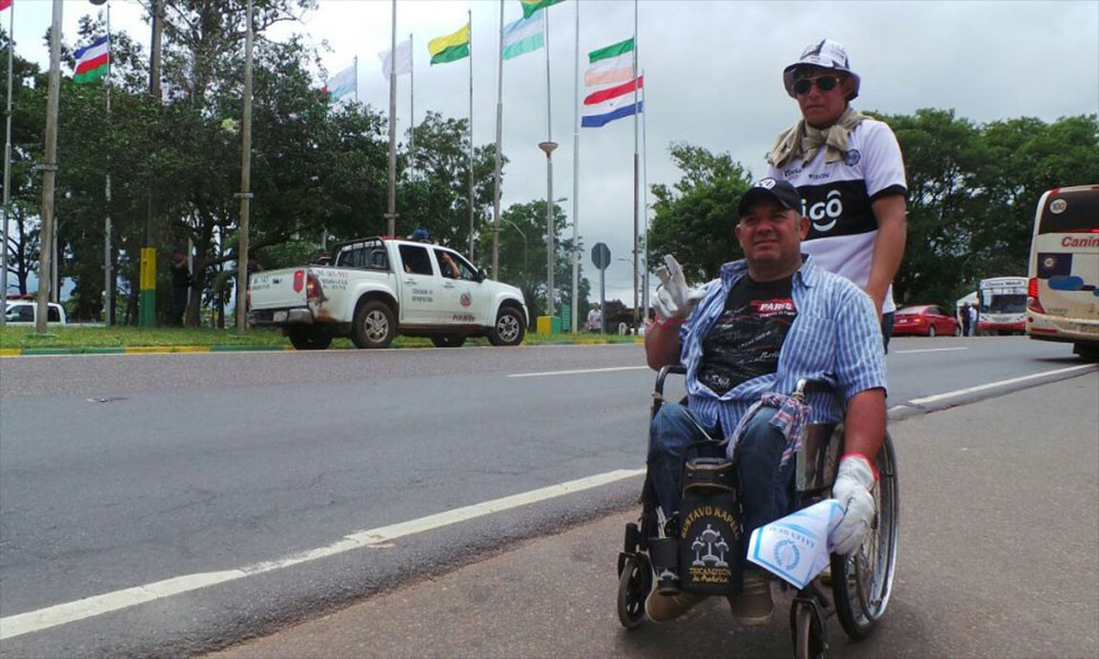 Don Gustavo, acompañado de su yerno, camino a Caacupé.