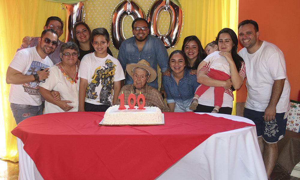 """Don """"Ituché"""" Rodrígue (c), rodeado de sus hijos y nietos en el día de su 100 aniversario. //OviedoPress"""
