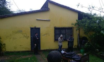 Fermín Vergara (botella en mano), Romel Aquino (sin capucha), en el fondo se observa a la mujer siendo asistida por un vecino. //OviedoPress
