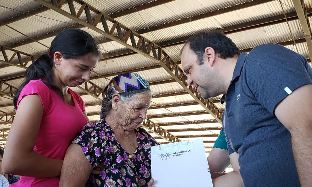 Familias reciben documento del Ministerio de Desarrollo que los acerca a la vivienda propia