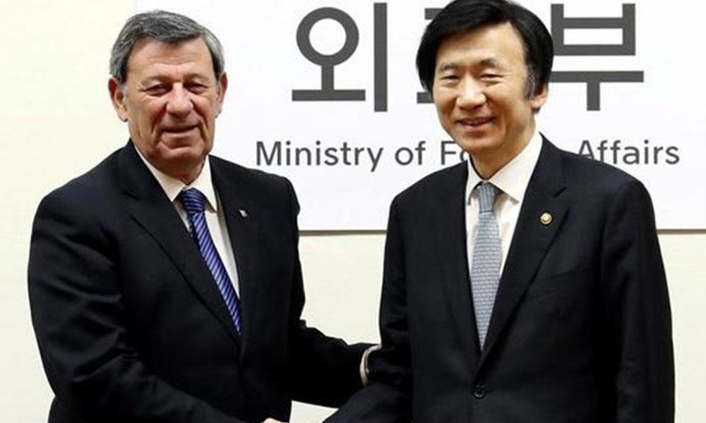 El ministro surcoreano de Exteriores, Yun Byung-se (d), saluda a su par uruguayo, Rodolfo Nin Novoa (d). EFE.