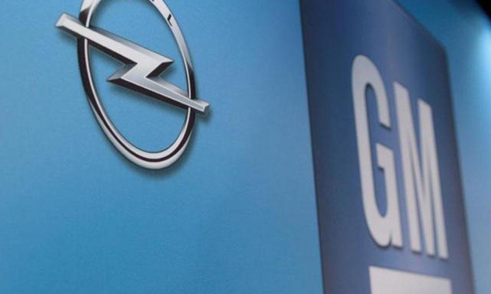 Logotipo de GM, en el centro Renaissance de Michigan Estados Unidos.