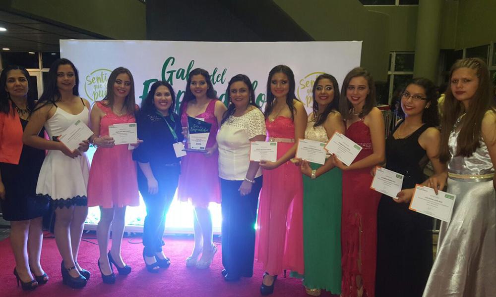 Alumnas del colegio Nacional Pedro P. Peña, en la Gala de Emprendedores. //Majo Ojeda.