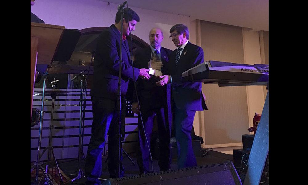 """Herib Godoy, recibiendo el galardón """"Suruku'a"""", de mano de los organizadores. //Gentileza"""