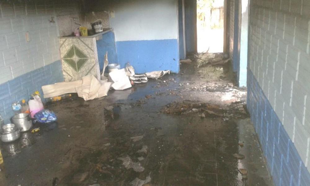 En estas condiciones quedó el interior de la vivienda siniestrada. //OviedoPress
