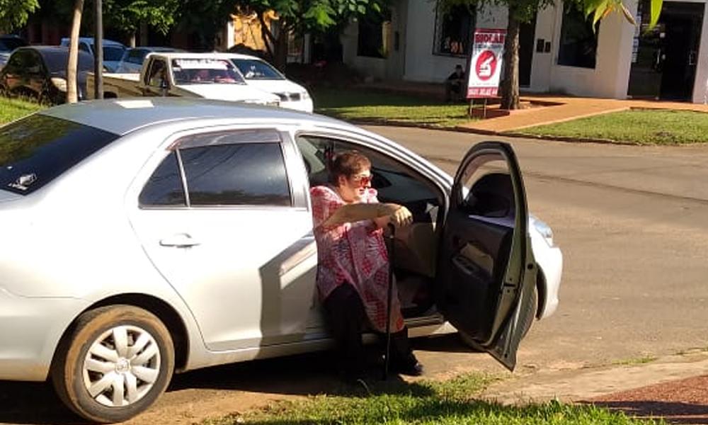 Doña Leticia cumple horario laboral en su coche