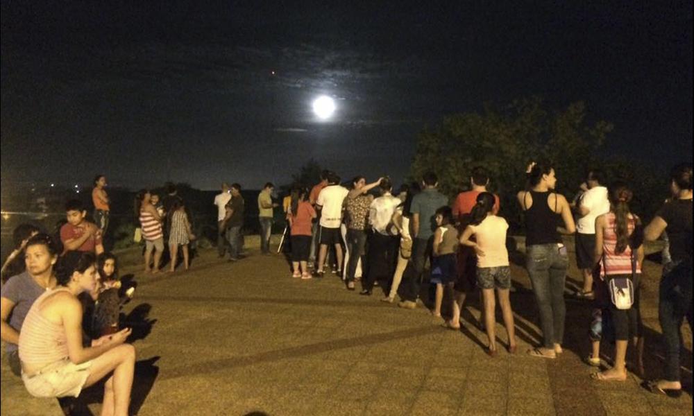 Ciudadanos y aficionados ovetenses formando fila para ver la Super Luna, a través del telescopio.//el Club Ovetense de Astronomía.