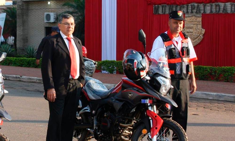 Crio. Ppal. (R) William Vera, director municipal de tránsito, acompañado de un inspector, posando con la motocicleta cuyo costo oscila G. 25 millones. //FacebookMunicipalidadCoronelOviedo