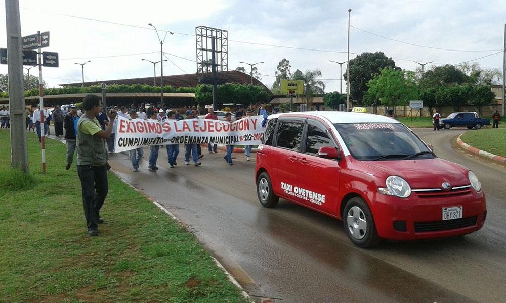 Asociación de Taxistas Ovetense, realizan manifestación.