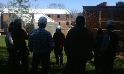 La comitiva observa el avance de obras de la futura residencia universitaria. //OviedoPress