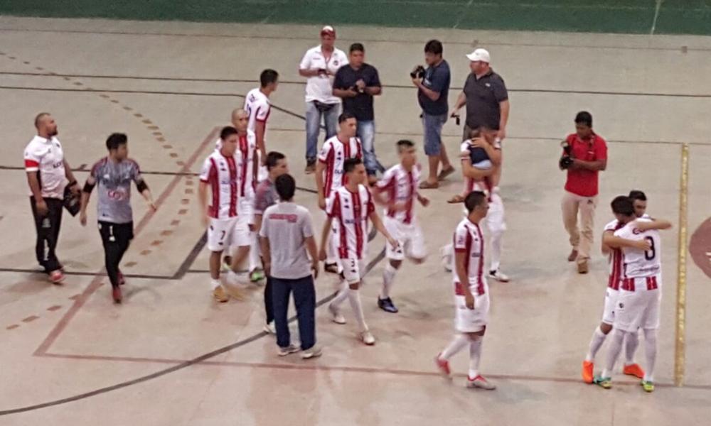 Festejo del plantel albirrojo tras la goleada ante Minga Guazú.//Cesar Miño.