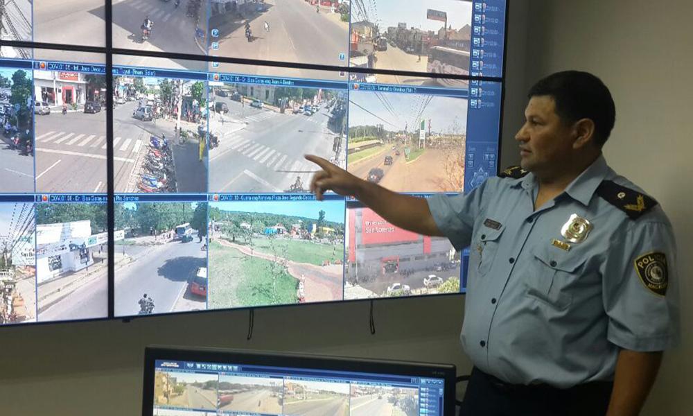 Sub Crio. Pedro Torales, jefe del Sistema Regional 911 durante la visita guiada en la moderna sede policial. //OviedoPress