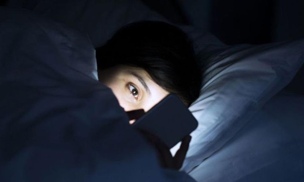 Alteraciones del sueño por uso de celulares pueden provocar aumento de peso