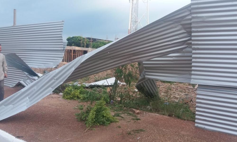 Destruyen vallado de obra municipal
