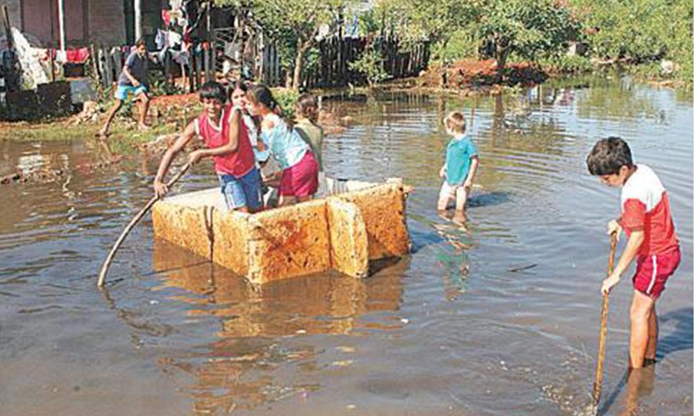 Drama. Con cada inundación, unas 10.000 familias del Bañado Sur deben dejar sus casas para huir a zonas altas.