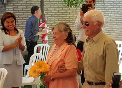 Momento en que la pareja es recibida por los presentes y se dirigen a bailar el vals //OviedoPress