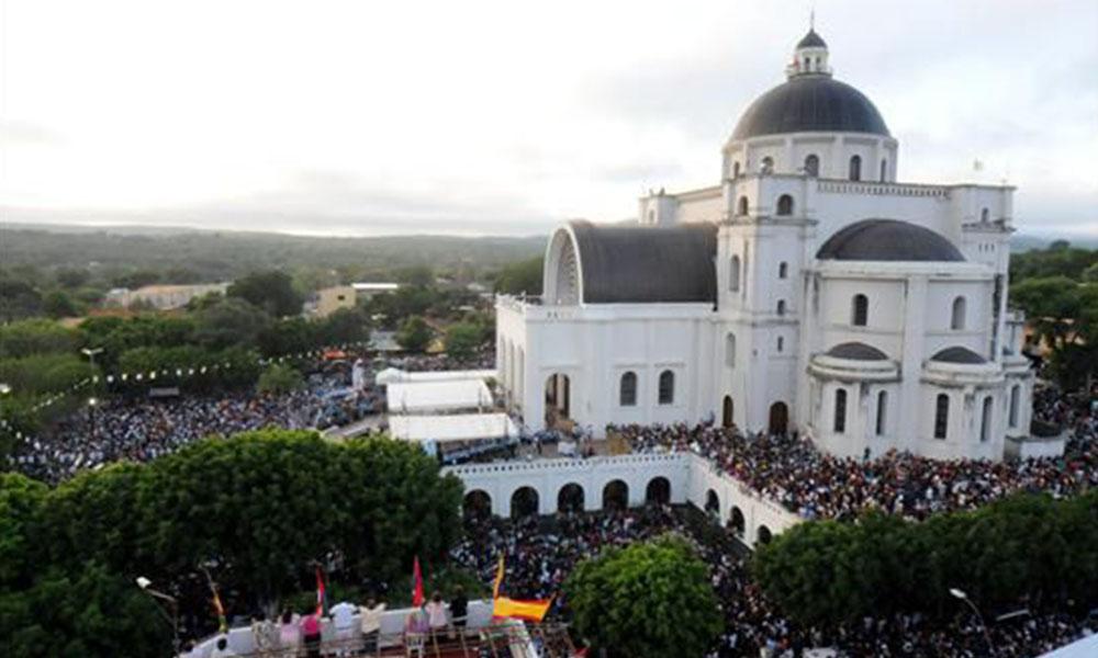 Cientos de devotos participan en la peregrinación anual a la basílica de la Virgen de Caacupé, en la ciudad de Caacupé. Foto Ilustración//www.que.es