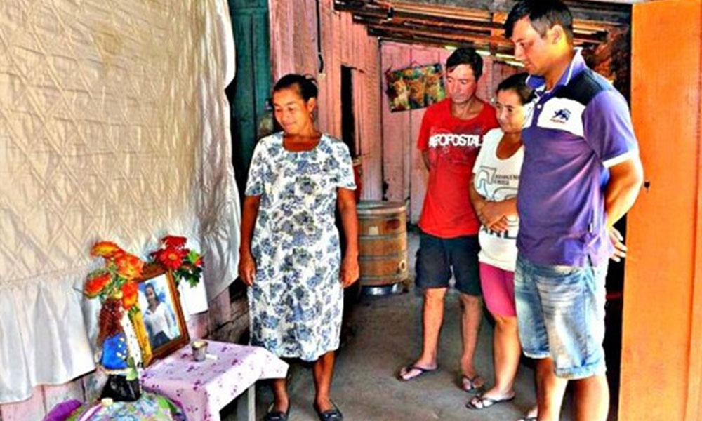 La familia de Carolina Marín adorna su altar con una foto recien recuperada. Foto: Última Hora