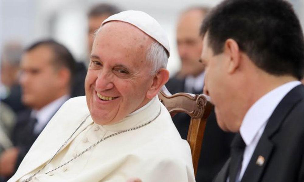 El papa Francisco sonríe durante una charla con el presidente Horacio Cartes.
