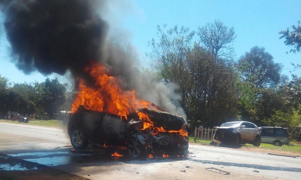 Vehículo incendiado en José Domingo Ocampo.