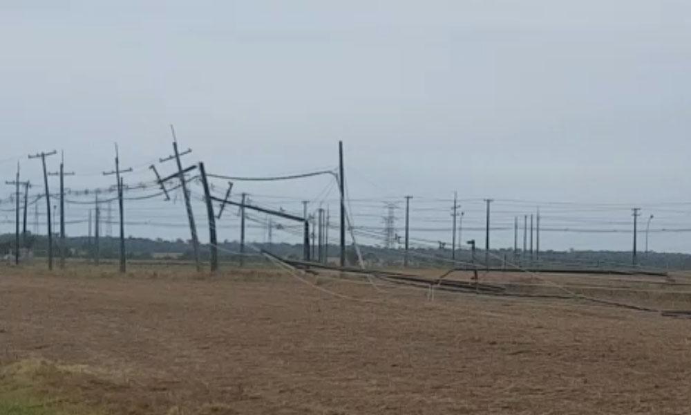 Columnas derribadas en Campo 9, luego del temporal que azotó distintos puntos del país. //Gentileza.