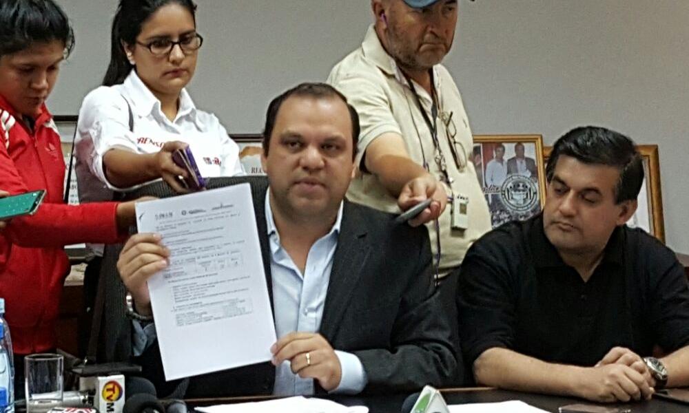 Mario Varela, gobernador del Caaguazú, acompañado de César Guerrero, presidente de la Junta Departamental durante la conferencia de prensa // OviedoPress