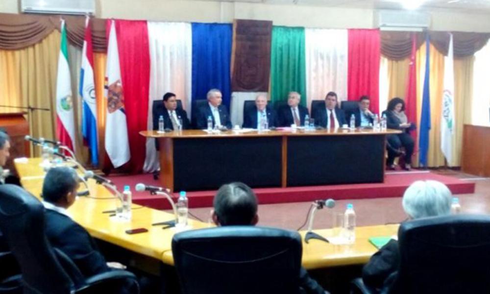 Loizaga con autoridades locales en Encranación.  Foto://Ultimahora.com.py.