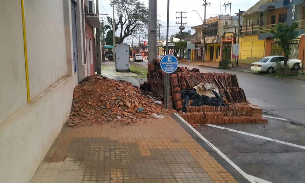 Los materiales de construcción se encuentran desde aproximadamente tres semanas tapando el paso a los peatones. Foto://Gentileza.