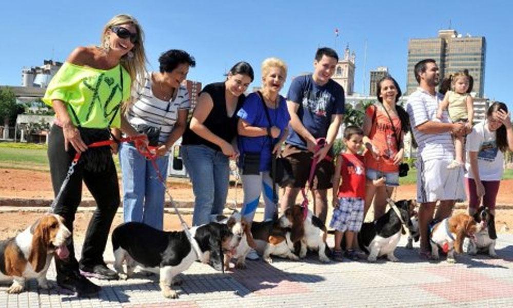 Dueños y sus mascotas en la Costanera. (Archivo). // Abc.com.py