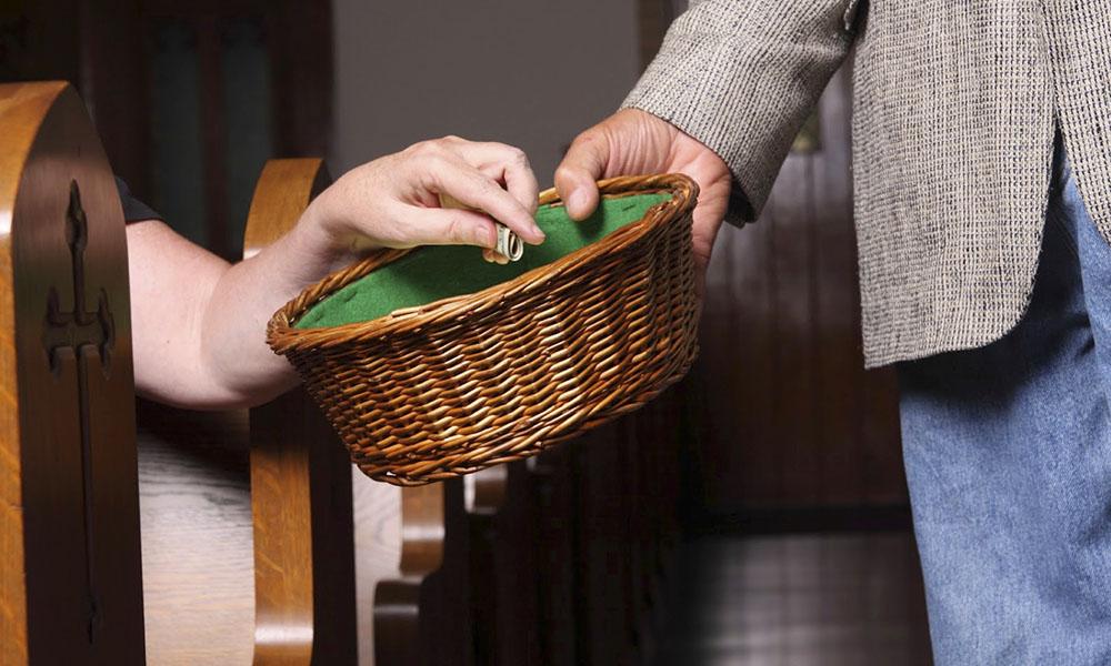 Ademas de percibir donaciones la iglesia recibe el diezmo de sus feligreses.