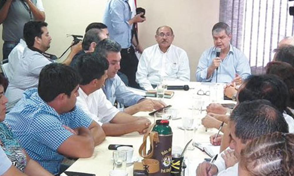 Fallida reunión. El ministro de Educación, Enrique Riera, con los docentes el jueves pasado.Foto://Ultimahora.com