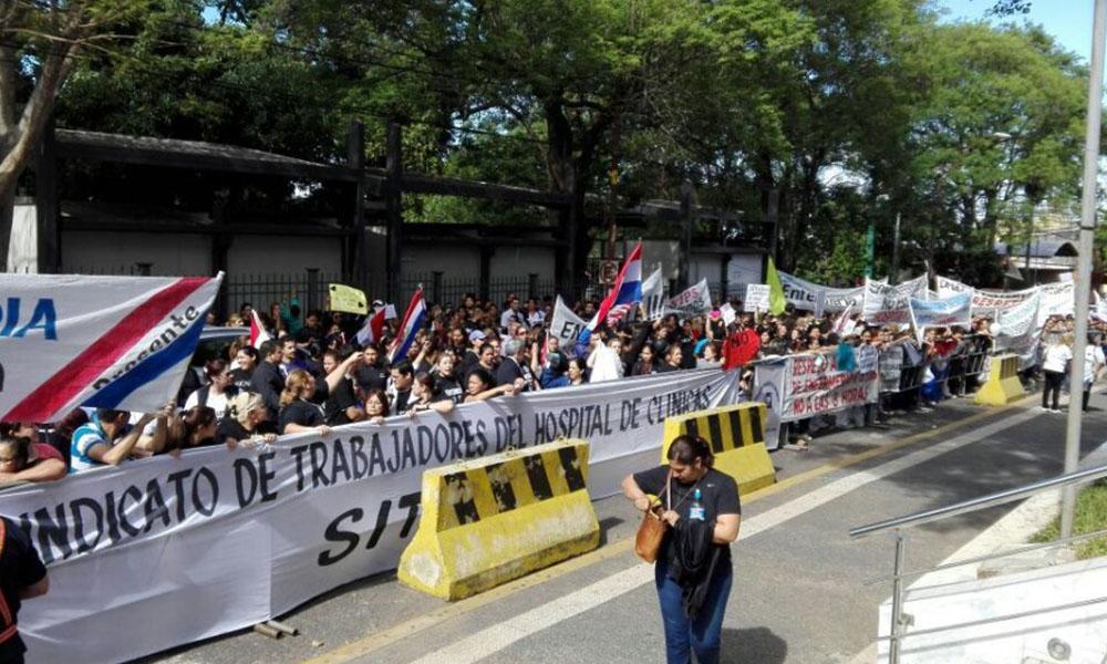 Los enfermeros en una de las movilizaciones realizadas en repudio al fallo judicial. Foto://Abc.com.py.