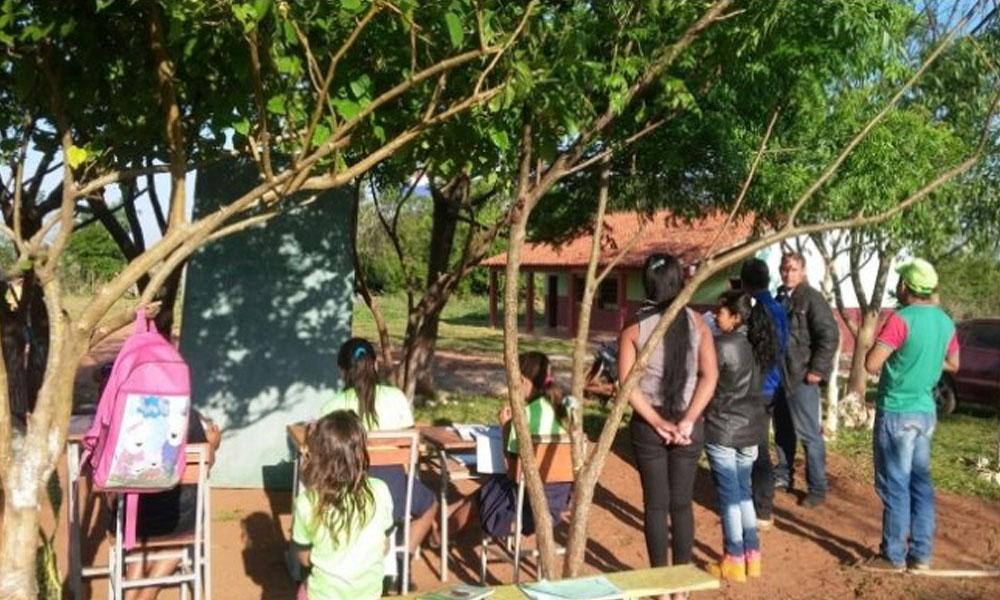 Los alumnos dan clases bajo árboles por falta de aula. //Gentileza