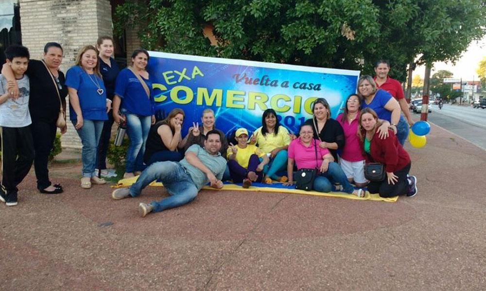 Ex alumnos antes de la caravana por la ciudad de Coronel Oviedo el pasado viernes 4 de noviembre . //Facebook - Exa Comercio CFO