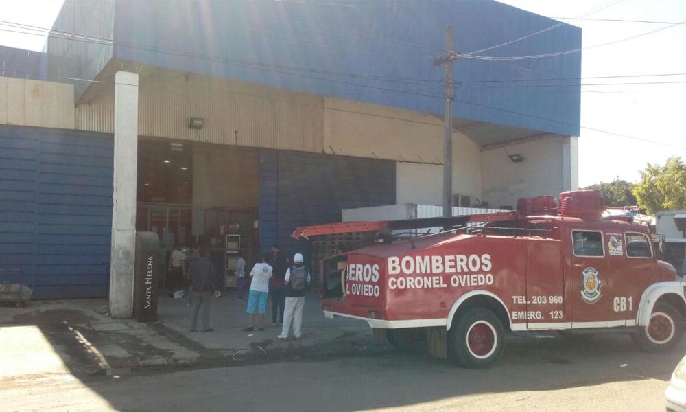 El depósito de mercaderías del supermercado Stock fue afectado por un incendio // OviedoPress