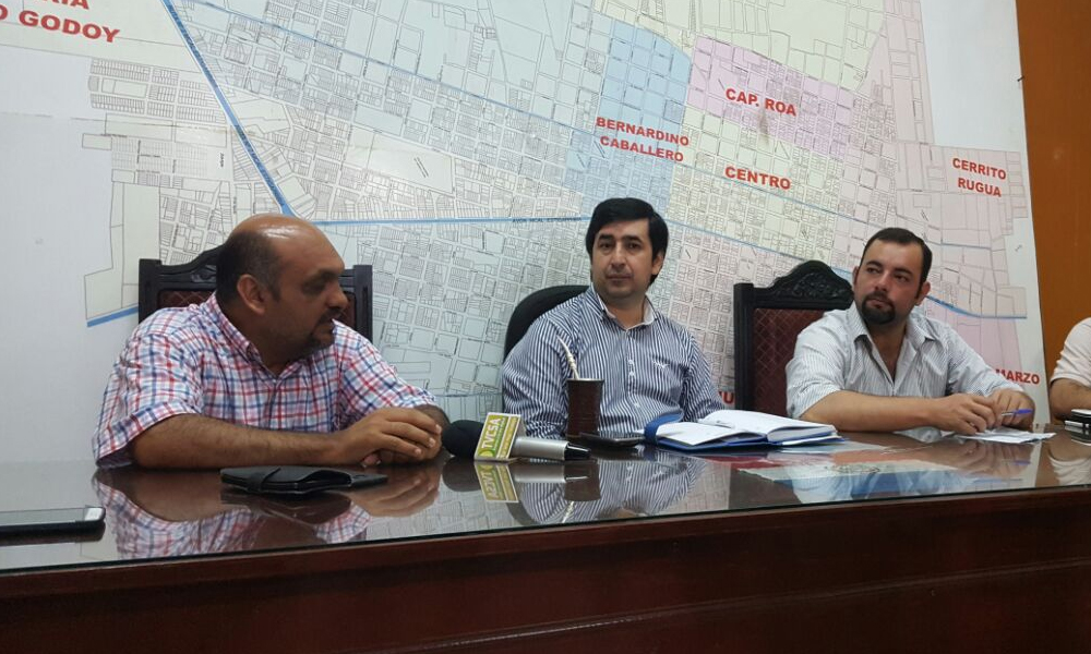 Los concejales Derlis Varela y Armando Riveros junto con el intendente Eladio González durante la reunión de este martes //OviedoPress