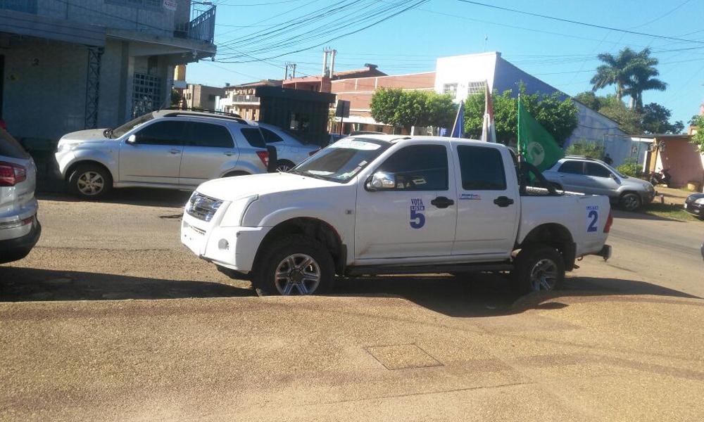 Luis Portillo cubre rampa inclusiva con su vehículo