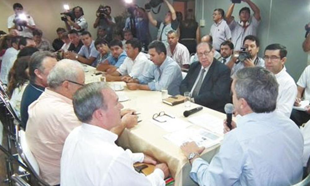 Negociaciones. Gremialistas docentes dialogaron este jueves con Riera sobre el aumento salarial. Foto://Ultimahora.com