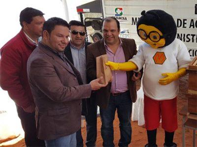 """El intendente de Yhú, Arturo Jara acompañado del gobernador del Caaguazú, Mario Varela y """"Mielito"""". // OviedoPress"""