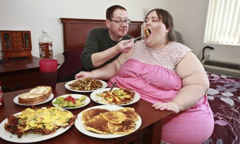Susanne Eman. A sus 32 años, apunta a los 361 kilos para poder ostentar el dudoso record de obesidad, un registro para el que sólo le faltan 30 kilos. //opposingviews.com