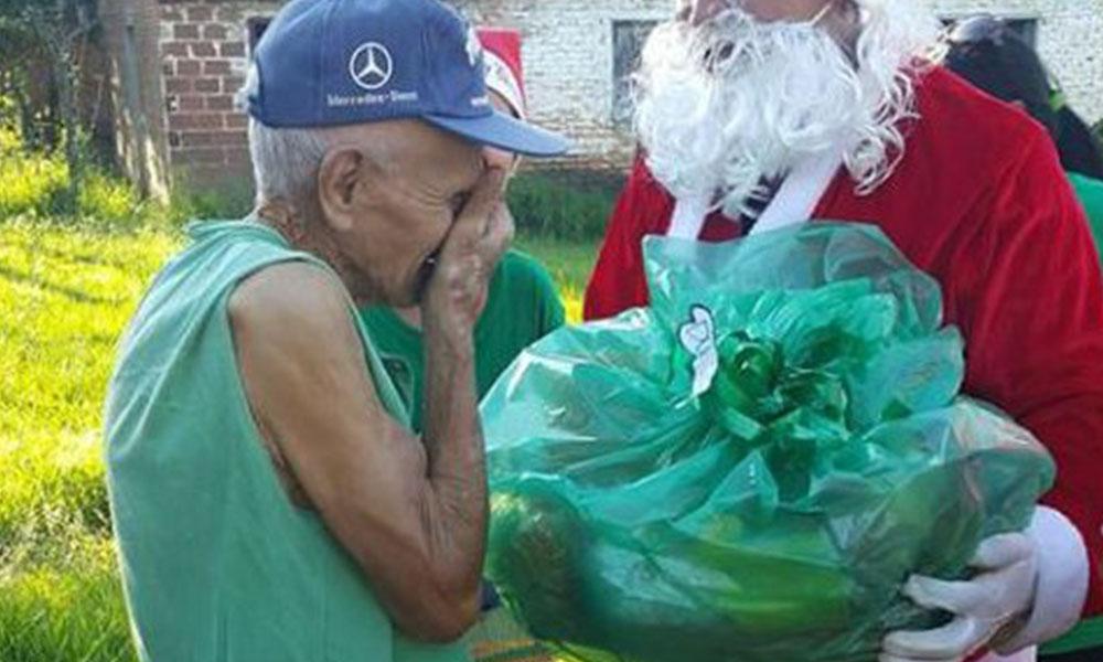 Don Darío no pudo esconder las lágrimas ante la muestra de afecto de un grupo de jóvenes en San Ignacio, departamento de Misiones.